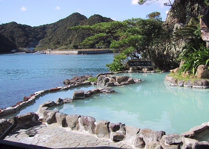 Onsen in Nachikatsuura, Japan (Chris 73 / Wikimedia Commons), stay in a ryokan, the real japan