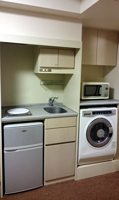 The mini-kitchen: fridge, hob, sink, microwave, washer/dryer, cheap hotel in Toyko